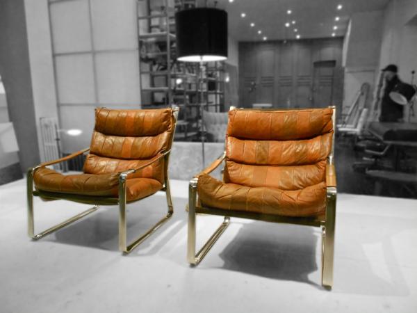 vintage-ledermöbel-zwei-stühle-grauer hintergrund