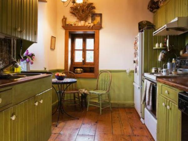schöne küche im landhausstil - grüne möbelstücke