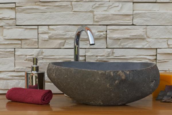originelles-waschbacken-aus-flussstein-für-das-badezimmer
