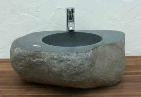 steinwaschbecken-aus-flussstein-schönes-badezimmer-gestalten