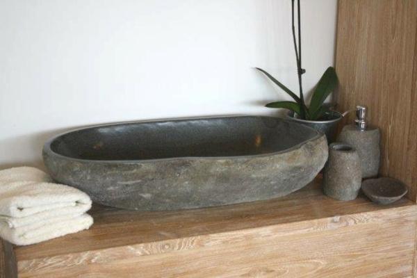 20 ideen f r waschbecken aus naturstein for Langliches badezimmer