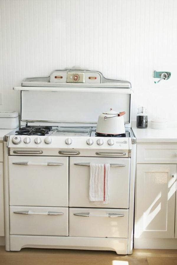 weiße-Küchengestaltung-mit-Möbeln-in-Vintage-Stil-Herd