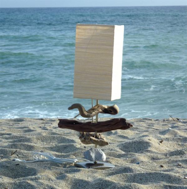 weiße-Tischlampe-aus-Treibholz-am-Strand