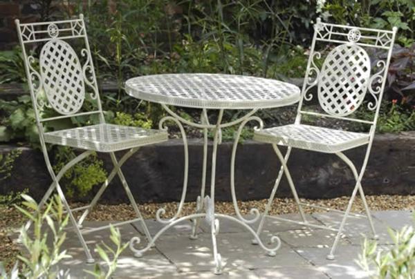 zwei-weiße-coole-Gartenstühle-Metall