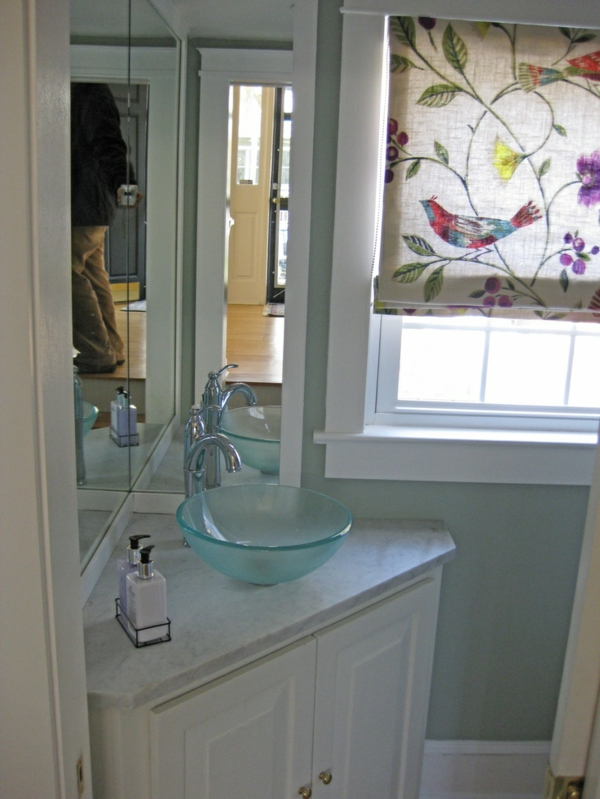weiße-farbe-Aufsatzwaschbecken-aus-Glas-mit-Unterschrank