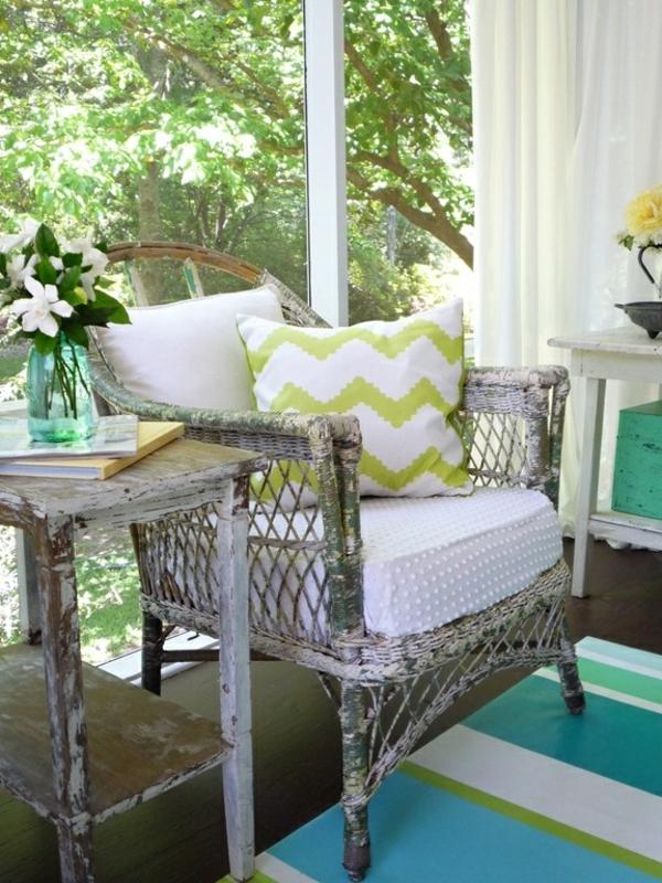 weiße-grüne-Sitzkissen-Holzstuhl-Vintage