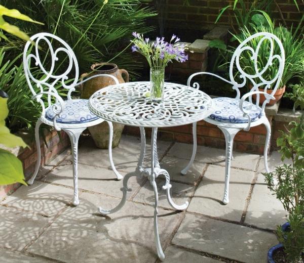 tolle-weiße-interessante-Gartenstühle-aus-Metall
