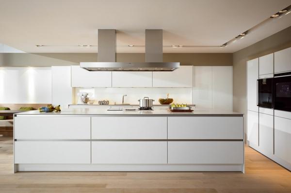 weiße-küche-moderne-gestaltung- einer großen Kochinsel