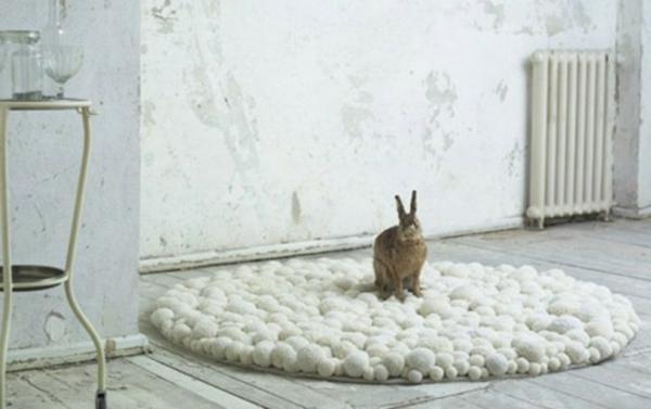 weiße-kleine-runde-teppiche-ein-schönes-modell- ein hase darauf