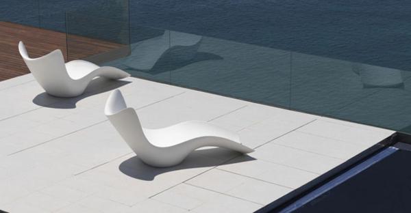weiße-longchair-sessel-draußen