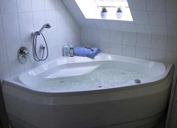 weiße-schöne-sechseck -badewanne in einer dachwohnung