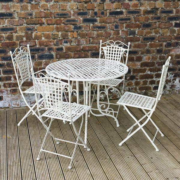 weißes-Gartenmöbelset-aus-Metall-mit-vier-Stühlen-und-Tisch