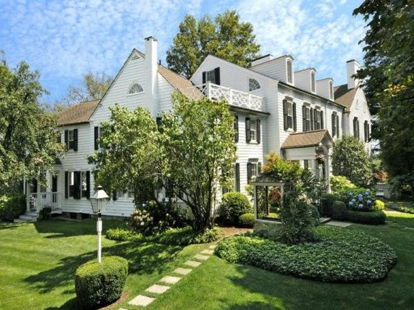weißes-Haus-mit-tollem-Garten