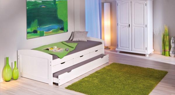 weißes-bett-aus-massivholz-im-kinderzimmer- grüner teppich