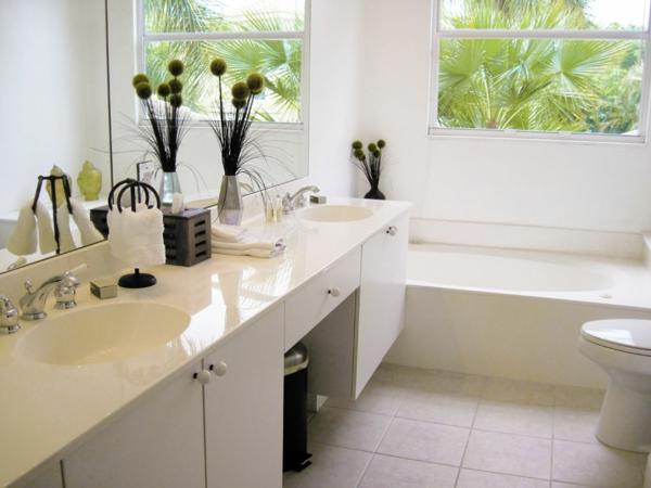 weißes-doppeltes-waschbecken-weiße-unterschränke-im-badezimmer