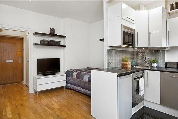 wohnideen-für- kleine-wohnung-bett-neben-der-küche - weiße wände