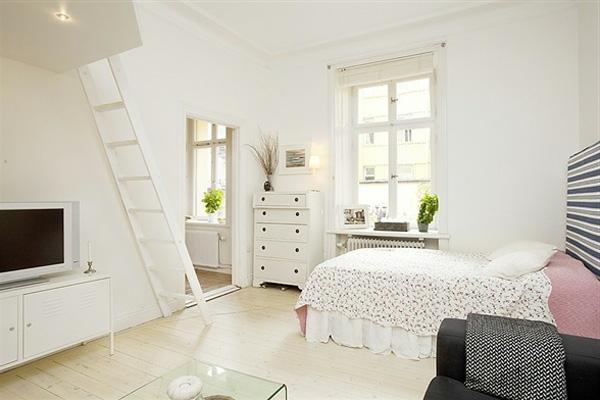 wohnideen-für- kleine-wohnung-schönes-weißes-wohnzimmer - eine weiße treppe