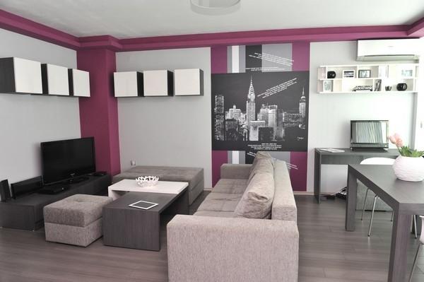 wohnideen-für- kleine-wohnung-wohnzimmer-in-weiß-und-lila - bild von einer stadt an der wand