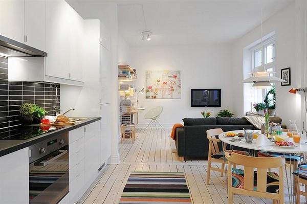 wohnideen-für- kleine-wohnung-zimmer-mit-einem-kleinen-tisch- weiße wände