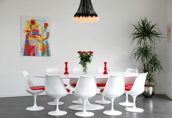 wohnung-dekorieren-esszimmer-mit-einem-weißen-tisch-und-mit-weißen-stühlen