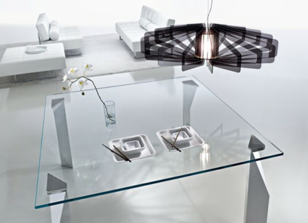 wohnzimmer-mit-einem-schönen-designer-glastisch