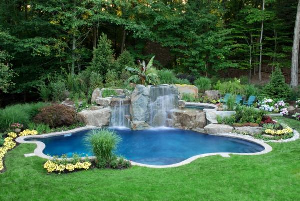wunderbare-Poolgestaltungsidee-für-den-Garten-Wasserfall