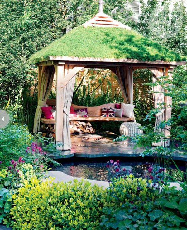 schöne-gartenlaube-aus-holz-mit-pflanzen-am-dach