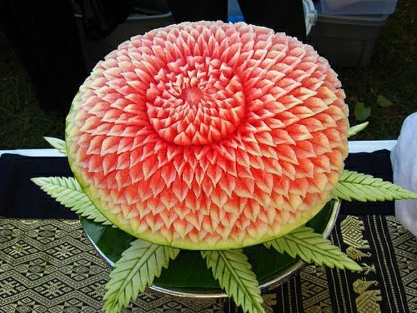 wunderbare-geschnittene-wassermelone-als-Dekoration