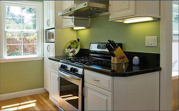 wunderbare-kleine-küche-einrichten-grüne-wand