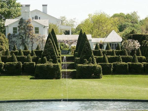 wunderbarer-Garten-mit-viel-Gras-und-buchsbäumen