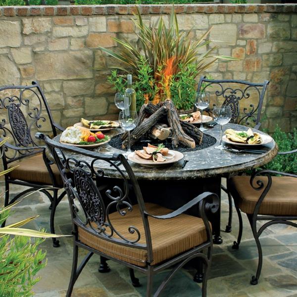 wunderbares-Gartenmöbelset-aus-Metall-im-Garten-keramik-Tisch
