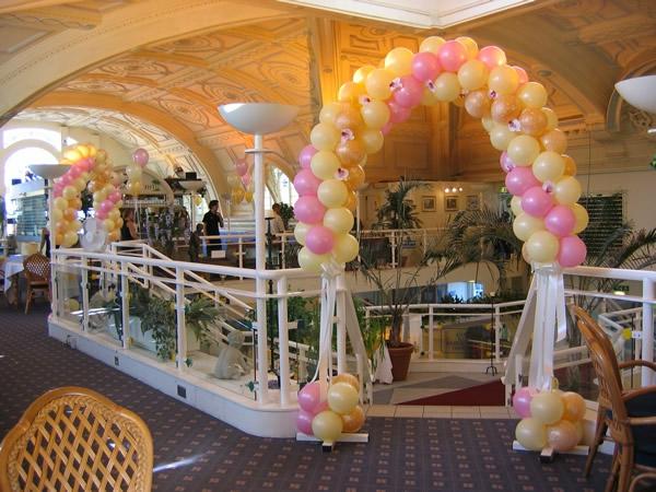 wunderschöne-kreative-ballon-deko - rosig und gelb