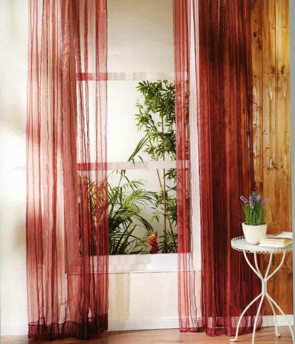 wunderschöne-organza-gardinen im zimmer mit vielen grünen pflanzen