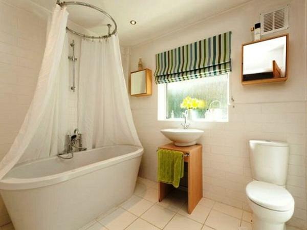 wunderschönes-badezimmer-mit-gardinen-für-kleine-fenster- weiße badewanne