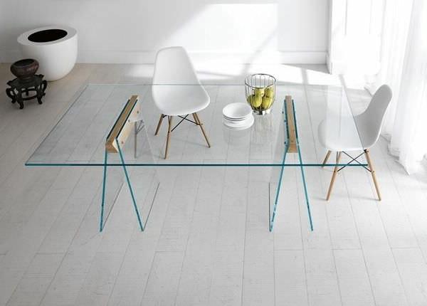 wunderschönes-esszimmer-mit-einem-designer-tisch-aus-glas