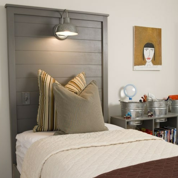 wunderschönes-modernes-schlafzimmer-mit-einer-leselampe-für-bett- eine akzentwand