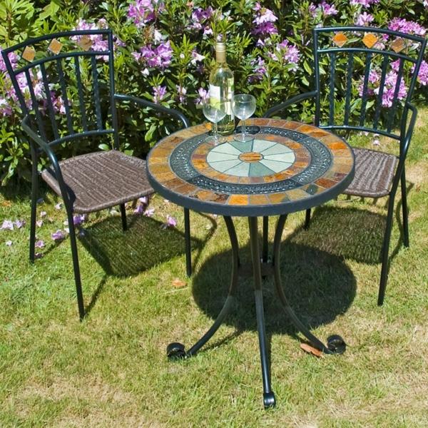zwei-Gartenstühle-aus-Metall-und-Tisch-im-Gras