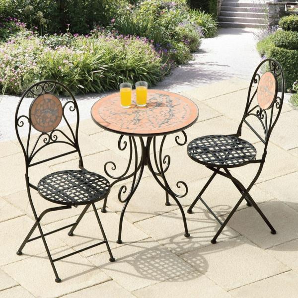 zwei-Metallstühle-und-Tisch-im-Garten-kreatives-Gartendesign