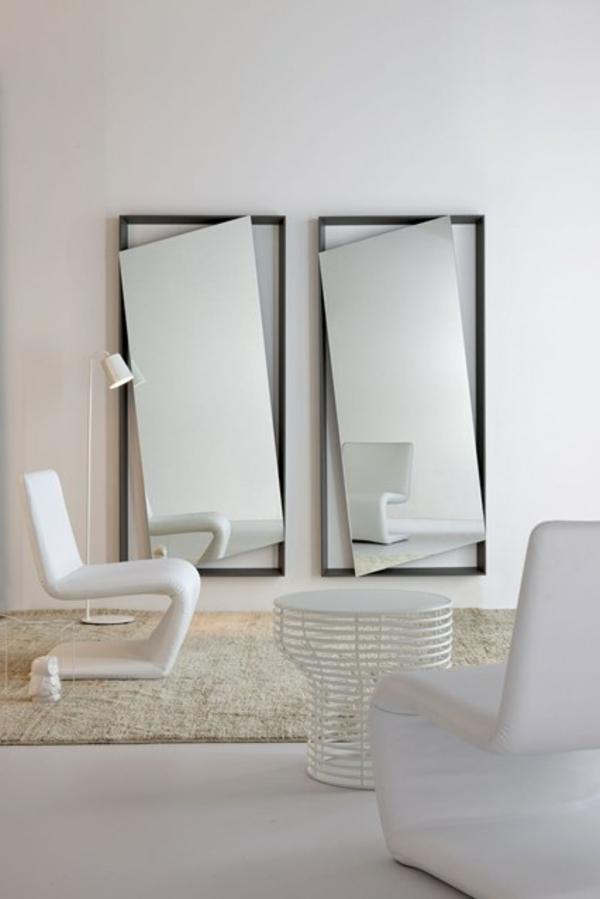 zwei-extravagante-spiegel-an-der-weißen-wand