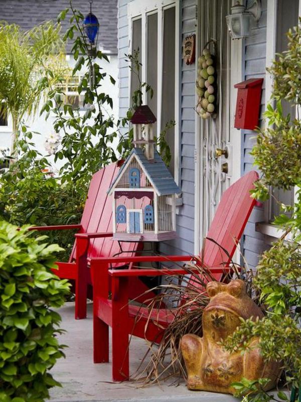 zwei-rote-Stühle-vor-dem-Haus