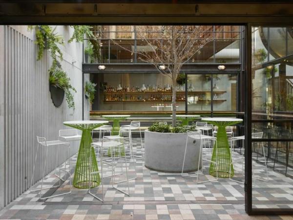 bartische-in-grellgrünen-farben-und-weißen-stühlen