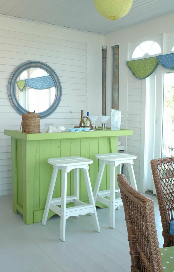 grüner-Tisch-aus-Holz-weiße-Hocker