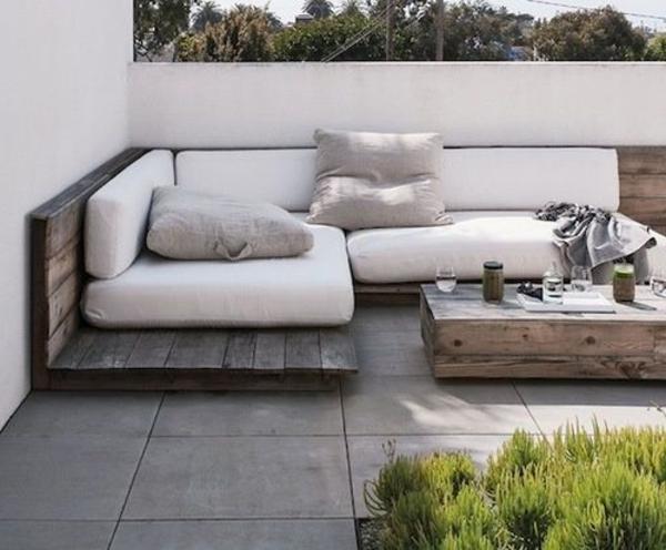 Außenmöbel-Schöne-Dachterrasse-mit-Holzmöbel-gestalten