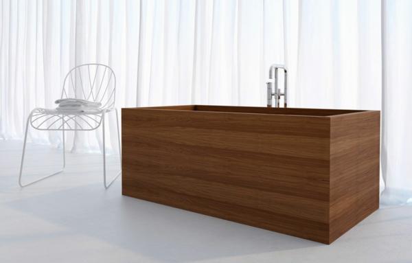 Badezimmer-mit-Holz-Badewanne-quadratische-Form