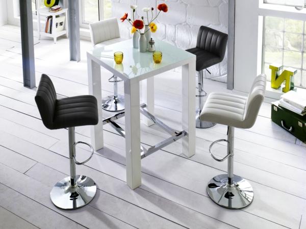 Bartisch-Weiß-schwarze-und-weiße-Stühle-Wohnzimmer