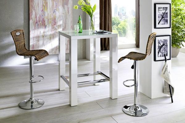 Bartisch-in-Weiß-mit-zwei-Stühlen