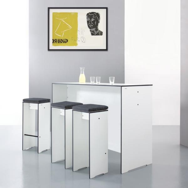 Bartisch-in-weißer-Farbe-mit-Stühlen