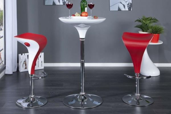Bartisch-in-weißer-Farbe-und-rote-Stühle-im-Hause
