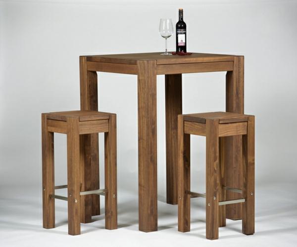 Bartisch-mit-hölzernen-Hockern-Weinglas