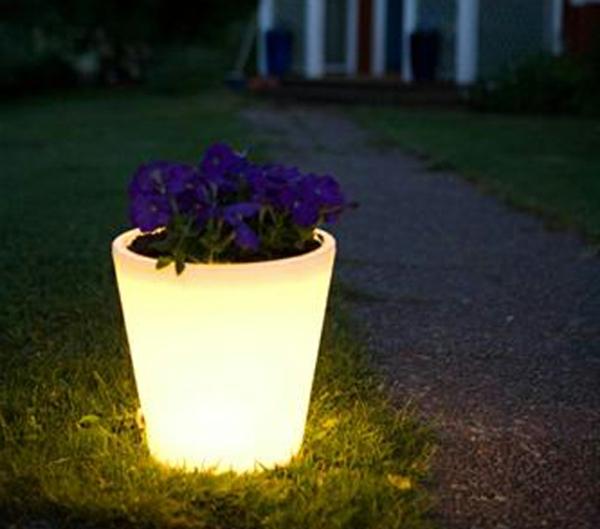 schöne-Beleuchtete-Blumentöpfe-im-Garten
